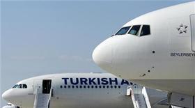 <p>Imagen de archivo de unos aviones Boeing y Airbus en el aeropuerto Sabiha Gokcen en Estambúl. Oct 30 2010 Airbus y Boeing empezaron a sondear a sus proveedores sobre su capacidad de cumplir con mayores incrementos en la producción de sus aeronaves más populares, que llevarían su producción combinada a más de 80 unidades por mes en cuatro a cinco años. REUTERS/Murad Sezer/ARCHIVO</p>