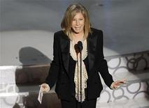 <p>Foto de archivo de la artista Barba Streisand en el escenario de la entrega de los premios Oscar en Hollywood, mar 7 2010. No es exactamente lo mismo que abrir las puertas de su casa para hacer una fiesta, aunque para la cantante y actriz Barbra Streisand y sus seguidores, es bastante parecido. REUTERS/Gary Hershorn</p>