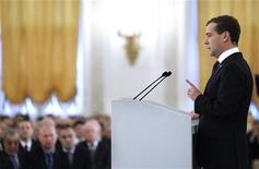 <p>Президент России Дмитрий Медведев выступает с обращением к парламенту страны, 30 ноября 2010 года. Президент Дмитрий Медведев объявил демографический спад главной угрозой России и посулил многодетным семьям землю, деньги и детские сады. За всё это придется платить регионам, большинство из которых дотационные, но Кремль обещает поделиться доходами. REUTERS/Dmitry Astakhov/RIA Novosti/Kremlin</p>