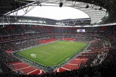 """<p>Стадион """"Уэмбли"""" во время товарищеского матча молодежных сборных Англии и Италии 24 марта 2007 года. Международная федерация футбола (ФИФА) на заседании в Цюрихе 2 декабря примет решение, где пройдут чемпионаты мира 2018 и 2022 года. REUTERS/POOL New</p>"""