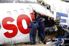 <p>Следователи изучают поврежденный самолет Ту-154 Дагестанских авиалиний в московском аэропорту Домодедово, 5 декабря 2010 года. Пассажирский самолет Ту-154 в субботу днем совершил аварийную посадку в московском аэропорту Домодедово и развалился на части, в результате погибли двое и десятки пострадали. REUTERS/Sergei Karpukhin (RUSSIA - Tags: DISASTER TRANSPORT)</p>