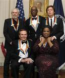 <p>Los homenajeados en los premios del Centro Kennedy Oprah Winfrey, Jerry Herman, Merle Haggard, Bill T. Jones y Paul McCartney, en una gala en Washington. Dic 4 2010. El presidente estadounidense, Barack Obama, y estrellas del espectáculo galardonaron a la conductora Oprah Winfrey, el cantante Paul McCartney y otros artistas el domingo por sus trayectorias en la música, el teatro y la televisión. REUTERS/Mike Theiler</p>