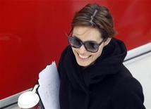 <p>Foto de archivo de la actriz Angelina Jolie durante el rodaje de una película en Budapest, nov 8 2010. Si hubiera una receta perfecta para una película de éxito, sin duda sería combinar un director ganador de un Oscar con el carismático Johnny Depp y la fascinante Angelina Jolie, con París y Venecia de fondo. REUTERS/Laszlo Balogh</p>