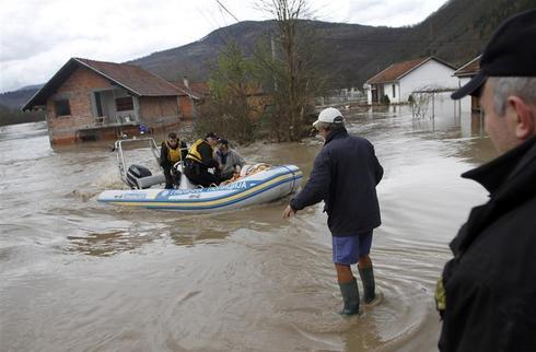 Thousands flee Balkan floods