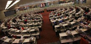 <p>Гонконгская фондовая биржа 8 декабря 2010 года. Северная Корея произвела в среду несколько артиллерийских залпов: снаряды упали в морской зоне Юга и напугали финансовые рынки. REUTERS/Bobby Yip</p>