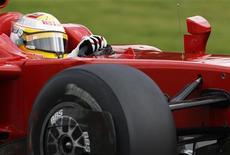 """<p>Пилот """"Феррари"""" Лука Бадоер на третьей практике перед """"Гран-при Бельгии"""" в Спа-Франкоршам 29 августа 2009 года. Бессменный тест-пилот """"Феррари"""" в автогонках класса """"Формула 1"""" Лука Бадоер уходит после 13 лет в команде, сообщила """"Феррари"""" в среду. REUTERS/Francois Lenoir</p>"""