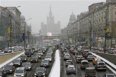 <p>Машины стоят в пробке в Москве, 29 декабря 2009 года. Ассоциация европейского бизнеса (АЕБ) повысила прогноз роста авторынка РФ в 2010 году до 1,9 миллиона машин с 1,8 миллиона, основываясь на рекордных результатах продаж последних месяцев. REUTERS/Sergei Karpukhin</p>