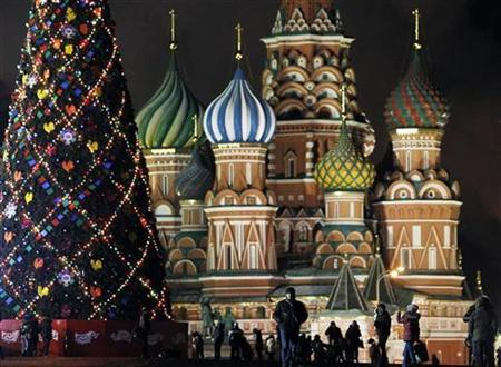 People walk along Red Square, with Saint Basil's Cathedral in the background, in central Moscow December 2, 2010. REUTERS/Denis Sinyakov