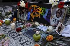 <p>Fãs fazem homenagem a John Lennon em Nova York 30 anos depois de sua morte. REUTERS/Mike Segar</p>