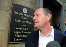 <p>Экс-полузащитник сборной Англии Пол Гаскойн перед зданием суда в Ньюкасле 9 декабря 2010 года. Экс-полузащитник сборной Англии Пол Гаскойн, известный своей любовью к алкоголю, избежал тюремного заключения за вождение в пьяном виде. REUTERS/Nigel Roddis</p>