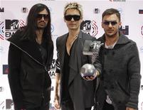 """<p>Участники группы 30 Seconds to Mars позируют с наградой """"Лучшая рок-группа"""" на церемонии MTV Europe Music Awards в Мадриде 7 ноября 2010 года. Ниже представлены некоторые культурные события, которые произойдут в Москве в этот уикенд, 10-12 декабря. REUTERS/Susana Vera</p>"""