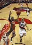 """<p>Игрок """"Портленда"""" Джеррид Бэйлесс забрасывает мяч в корзину """"Финикса"""" в Портленде 24 апреля 2010 года. """"Портленд"""" обыграл """"Орландо"""" 97-83 в матче регулярного чемпионата Национальной баскетбольной ассоциации (НБА), несмотря на результативную игру Дуайта Ховарда. REUTERS/Pool/Craig Mitchelldyer</p>"""
