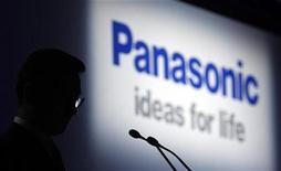 <p>Imagen de archivo del logo de Panasonic durante un foro en Tokio. Oct 6 2010 El fabricante de artículos electrónicos Panasonic dijo el viernes que no espera una recuperación firme en las ventas de fin de año en Norteamérica y Europa, pero espera llevar a su deficitaria unidad de televisores a cifras positivas en el trimestre enero-marzo. REUTERS/Kim Kyung-Hoon/ARCHIVO</p>