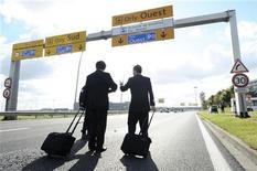 <p>Члены экипажа самолета идут к аэропорту Орли в Париже 20 октября 2010 года. Возвращаетесь после коротких командировок абсолютно разбитыми? Сайт для мужчин AskMen.com (www.askmen.com) дает 10 советов, которые помогут вам в поездках, рассчитанных на один-три дня. REUTERS/Guillaume Bertrand</p>