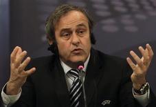 <p>Presidente da Uefa, Michel Platini, concede entrevista coletiva em Praga. REUTERS/David W Cerny</p>
