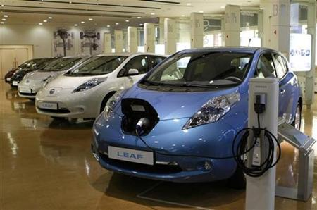 Nissan Motor's Leaf automobiles, the world's first mass-volume electric cars, are displayed at the company's Oppama plant in Yokosuka, south of Tokyo October 22, 2010. REUTERS/Staff