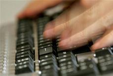 <p>Les sites britannique, français, allemand et espagnol d'Amazon.com ont été indisponibles pendant un peu plus d'une demi-heure dimanche soir, mais la panne était due à un problème technique et pas à un piratage, selon la compagnie. /Photo d'archives/REUTERS/Régis Duvignau</p>