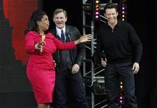 <p>Опра Уинфри с актерами Хью Джекманом (справа) и Дэниэлом Крейгом во время съемок шоу, Нью-Йорк 18 сентября 2009 года. Австралийский актер Хью Джекман получил небольшую травму на съемках телешоу Опры Уинфри в Сиднейском оперном театре, неудачно выполнив трюк. REUTERS/Mike Sega</p>