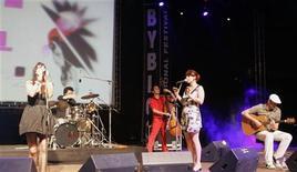 """<p>Французская группа Nouvelle Vague выступает на фастивале Byblos International в Библе 28 июля 2007 года. Французский коллектив, специализирующийся на кавер-версиях популярных нью-вэйв и панк-рок композиций, аранжированных в стилях лаунж и босса-нова. В Москву приехали в поддержку четвертого альбома """"Couleurs sur Paris"""". REUTERS/Ayman Saidi</p>"""