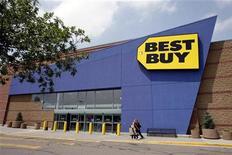 <p>Best Buy, qui a fait état d'une baisse de son résultat trimestriel et de ses ventes à surface comparable, a abaissé son objectif de bénéfice annuel, invoquant la faiblesse du marché américain. /Photo d'archives/REUTERS/Rick Wilking</p>