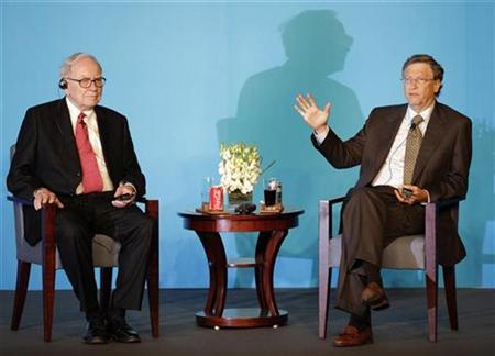 Microsoft founder Bill Gates (R) answers a question next to billionaire financier and Berkshire Hathaway Chief Executive Warren Buffett at a joint news conference in Beijing September 30, 2010. REUTERS/Jason Lee