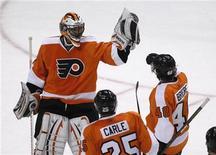"""<p>Игроки """"Филадельфии"""" радуются шайбе в ворота """"Питсбурга"""" в матче НХЛ, Филадельфия 14 декабря 2010 года. Российский центрфорвард """"Питсбурга"""" Евгений Малкин забросил две шайбы в матче регулярного чемпионата Национальной хоккейной лиги против """"Филадельфии"""" и стал третьей звездой дня в НХЛ, однако его усилий оказалось недостаточно для победы """"пингвинов"""", проигравших 2-3 и потерявших лидерство в общей турнирной таблице и в Восточной конференции. REUTERS/Tim Shaffer</p>"""