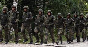 <p>Военнослужащие немецкой армии упражняются неподалеку от Нюрнберга 24 августа 2010 года. Кабинет министров Германии принял решение отменить всеобщую воинскую повинность, что может стать самой значительной реформой вооруженных сил со времен Второй мировой войны, сообщили источники в правительстве. REUTERS/Fabrizio Bensch</p>