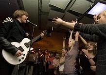 """<p>Молодежь развлекается в клубе """"Солянка"""" в Москве 2 января 2008 года. Последняя в уходящем году вечеринка """"Dance Box"""" под бит британского DJ Girl Unit, чье творчество лучше всего отражает дух лейбла Night Slugs, специализирующегося на симпатичных бас- треках. REUTERS/Thomas Peter</p>"""