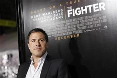 """<p>Imagen de archivo de David O. Russell, director de la película """"The Fighter"""", junto a un afiche de la cinta en Hollywood. dic 6 2010. El Sindicato de Actores nominó el jueves a """"The King's Speech"""" y """"The Fighter"""" a cuatro premios cada una, incluyendo mejor elenco en una película, impulsando las posibilidades de que los filmes arrasen en los Oscar de Hollywood. REUTERS/Mario Anzuoni/Archivo</p>"""
