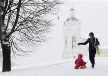 <p>Женщина гуляет с ребенком в парке Коломенское, Москва 9 декабря 2010 года. В выходные в Москве ожидаются снегопады и холодная погода, прогнозируют синоптики. REUTERS/Denis Sinyakov</p>