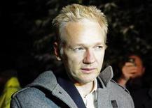 <p>El fundador de WikiLeaks, Julian Assange, habla con la prensa fuera de la casa de un amigo en Norfolk, Gran Bretaña, donde espera el juicio por extradición a Suecia. dic 16 2010. El fundador de WikiLeaks, Julian Assange, dijo el viernes que él y su organización enfrentan una agresiva investigación de las autoridades estadounidenses luego de que su sitio electrónico publicara cables diplomáticos secretos. REUTERS/Paul Hackett</p>