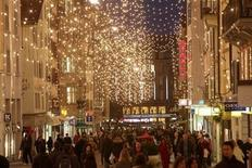<p>Shoppers walk under Christmas illuminations on Rennweg street in Zurich November 21, 2009. REUTERS/Arnd Wiegmann</p>