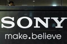 <p>Imagen de archivo del logo de Sony Corp en la sede de la empresa en Tokio. nov 25 2010. Sony advirtió el lunes que las ventas de sus televisores LCD probablemente no cumplan las metas que se había fijado, que era de un aumento del 60 por ciento en volumen, porque los despachos de aparatos 3D no consiguen resucitar los mercados maduros. REUTERS/Toru Hanai/Archivo</p>