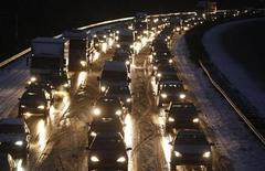 <p>Автомобильная пробка на трассе в Дюссельдорфе 16 декабря 2010 года. Сильные снегопады и низкие температуры продолжают сказываться на транспортном сообщении в северной Европе в понедельник, становясь причиной задержек авиарейсов, многокилометровых пробок и закрытия учебных заведений. REUTERS/Ina Fassbender</p>
