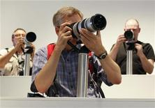 <p>Посетители ярмарки в Кельне пробуют новые фотоаппараты Sony 21 сентября 2010 года. Ниже представлены некоторые культурные события, которые произойдут в Москве сегодня, 21 декабря. REUTERS/Wolfgang Rattay</p>