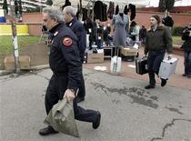 <p>Полицейские переносят оборудование у станции метро, около которой было обнаружено взрывное устройство в Риме 21 декабря 2010 года. Обнаруженное в римском метро взрывное устройство не представляет опасности, сообщила полиция города во вторник. REUTERS/Alessandro Bianchi</p>