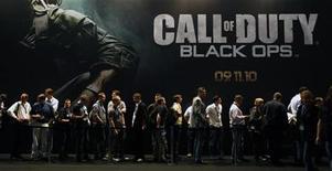 """<p>Посетители выставки Gamescom в Кельне у площадки игры """"Call of Duty: Black Ops"""" 18 августа 2010 года. Продажи очередной части игрового бестселлера """"Call of Duty"""" от компании Activision Blizzard Inc превысили $1 миллиард, побив рекорд в сфере видеоразвлечений. REUTERS/Ina Fassbender</p>"""