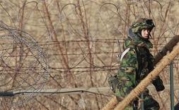 <p>Пограничник Южной Кореи на посту у димилитаризованной зоны между Южной Кереей и КНДР, Пханджу 22 декабря 2010 года. Южная Корея объявила о запланированных наземных и морских военных учениях, включая самое крупное в истории учение с боевой стрельбой недалеко от границы с Северной Кореей. REUTERS/Jo Yong-Hak</p>