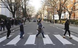 <p>Imagen de archivo de peatones en Abbey Road en el norte de Londres. feb 17 2010. El cruce peatonal más famoso de la música popular, afuera de los Estudios Abbey Road en el norte de Londres, fue designado el miércoles sitio de importancia nacional por el Gobierno británico. REUTERS/Jas Lehal/Archivo</p>