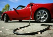 <p>A Tesla Roadster is electrically charged at Tesla Motors Inc in San Carlos, California July 22, 2009. REUTERS/Robert Galbraith</p>