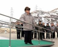 """<p>Лидер Северной Кореи Ким Чен Ир во время визита на атомную станцию, 23 декабря 2010 года. Северная Корея предупредила в четверг, что готова к """"священной войне"""" против Юга с применением атомного оружия, а президент Южной Кореи Ли Мён Бак ранее пообещал провести """"беспощадное контрнаступление"""" в случае новой атаки на свою территорию. REUTERS/KCNA</p>"""