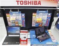 <p>Imagen de archivo de computadoras portátiles de Toshiba en una tienda en Tokio. nov 9 2010. Toshiba Corp revisará sus operaciones en chips, externalizando la producción de algunos chips de sistemas a Samsung Electronics y vendiendo una línea de producción a Sony Corp, mientras reduce su exposición a chips que no son de memoria. REUTERS/Kim Kyung-Hoon/Archivo</p>