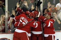 """<p>Игроки """"Детройта"""" радуются победному голу, забитому в ворота """"Ванкувера"""", в Детройте 22 декабря 2010 года. Точный бросок Никласа Кронвалла в овертайме принес победу лидеру Западной конференции """"Детройту"""" в игре регулярного чемпионата Национальной хоккейной лиги против """"Колорадо"""". REUTERS/Rebecca Cook</p>"""