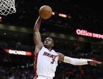 """<p>Игрок """"Майами"""" Дуэйн Уэйд кладет данк в корзину """"Нью-Йорка"""" в Майами 28 декабря 2010 года. Защитник """"Майами"""" Дуэйн Уэйд набрал 40 очков, гарантировав своей команде победу в матче регулярного чемпионата Национальной баскетбольной ассоциации против """"Нью-Йорка"""" со счетом 106-98. REUTERS/Hans Deryk</p>"""