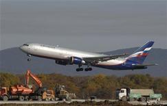 <p>Boeing 767-300 Аэрофлота садится в аэропорту Владивостока 6 октября 2010 года. Аэропорты Москвы, пассажиры которых провели из-за непогоды и неразберихи несколько дней в ожидании рейсов, постепенно возвращаются в привычный режим работы, но проблемы сохраняются у крупнейшего авиаперевозчика страны Аэрофлота, который отменит в среду почти половину рейсов. REUTERS/Yuri Maltsev</p>