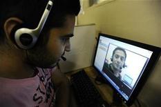 <p>Foto de archivo de unos amigos conversando vía Skype desde un centro de internet en Londres, ago 10 2010. China atacará a lo que calificó como proveedores ilegales de telefonía por internet, según una circular del Gobierno chino, que podría afectar al servicio de llamadas por internet Skype. REUTERS/Paul Hackett</p>