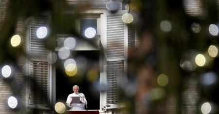 Pope Benedict XVI delivers his weekly Angelus blessing to the crowd gathered below in Saint Peter's square at the Vatican January 2, 2011. REUTERS/Alessia Pierdomenico