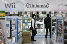 <p>Imagen de archivo de una tienda con productos Nintendo en Tokio. ene 28 2010. Nintendo advirtió que los niños de hasta seis años no deberían jugar en el modo 3D de su nueva consola, que planea lanzar al mercado a principios del 2011, por posibles riesgos para la salud. REUTERS/Toru Hanai/Archivo</p>