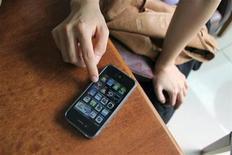 <p>Imagen de archivo de un iPhone 4G en un restaurante de Estambul. sep 30 2010. Algunos usuarios del iPhone en Asia y Europa se quejaron del mal funcionamiento de la alarma del dispositivo en el primer día laboral del 2011, aún después de que Apple asegurara que los relojes de los teléfonos funcionarían adecuadamente a partir del lunes. REUTERS/Natalie Armstrong/Archivo</p>