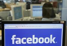 <p>Facebook a levé 500 millions de dollars auprès de la banque Goldman Sachs et du groupe russe Digital Sky Technologies dans le cadre d'un accord valorisant le site de réseau social 50 milliards de dollars, a rapporté lundi le New York Times. /Photo d'archives/REUTERS/Thierry Roge</p>